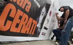 <p>Fanáticos de Gustavo Cerati firman un poster de apoyo para el músico argentino, en un concierto en honor al cantante, en Caracas. Mayo 23 2010. El músico argentino Gustavo Cerati, líder de la banda Soda Stereo, ha mejorado, aunque su estado todavía es delicado, dijo el lunes el director médico de la clínica venezolana donde se encuentra internado desde hace más de una semana tras sufrir un infarto cerebral. REUTERS/Carlos Garcia Rawlins</p>