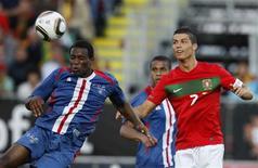 <p>Cristiano Ronaldo, de Portugal, participa de jogada em amistoso sem brilho com Cabo Verde, que terminou em 0 x 0. REUTERS/Rafael Marchante</p>