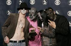 <p>Участники группы Slipknot на 48-й церемонии Grammy Awards в Лос-Анджелесе 8 февраля 2006 года. Басист популярной американской рок-группы Slipknot Пол Грей был найден мертвым в отеле недалеко от родного города коллектива Де-Мойн в штате Айова в понедельник. REUTERS/Robert Galbraith</p>
