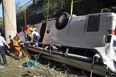 <p>Спасатели достают пострадавших из разбитого автобуса в Анталье 25 мая 2010 года. Как минимум 16 человек погибли в результате аварии автобуса с российскими туристами недалеко от популярного турецкого курорта Анталья, десятки получили ранения, сообщили местные информагентства и телеканалы. REUTERS/Mustafa Keles/Anatolian</p>