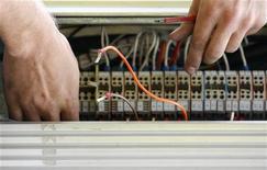 <p>Un tecnico all'opera su dei cavi di rete (foto d'archivio) REUTERS/Daniel Munoz</p>