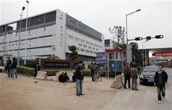 <p>Lavoratori cinesi all'esterno di una fabbrica Foxconn a Guanlan nella provincia meridionale di Guangdong. REUTERS/James Pomfret</p>