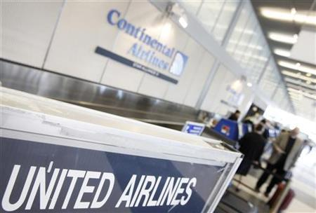 Passengers check in at the Continental Airlines counter right next to a United Airlines counter in Chicago's O'Hare International Airport May 3, 2010. REUTERS/John Gress