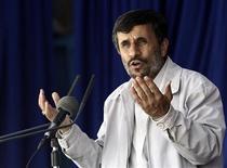 <p>Президент Ирана Махмуд Ахмадинежад выступает в городе Керман 26 мая 2010 года. Президент Ирана Махмуд Ахмадинежад назвал неприемлемой поддержку Россией новых санкций ООН против его страны и призвал президента Дмитрия Медведева изменить мнение. REUTERS/Fars News/Hamed Malekpour</p>