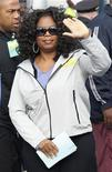 """<p>Oprah Winfrey chega a sua caminhada de caridade """"Live Your Best Life Walk"""" em Nova York. A organização de caridade de Oprah, Angel Network, será fechada, enquanto a apresentadora norte-americana de talk show se prepara para encerrar seu programa, """"The Oprah Winfrey Show"""", em 2011, após 25 anos, para criar sua rede própria de TV a cabo. 09/05/2010 REUTERS/Jessica Rinaldi</p>"""