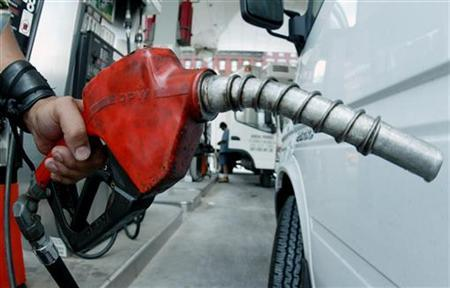 Customers buy gas in New York as oil prices surged to record high, August 11, 2005. REUTERS/Teddy Blackburn