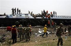 <p>Спасатели работают на месте крушения скоростного поезда в Западной Бенгалии 28 мая 2010 года. Не менее 65 человек погибли в результате катастрофы скоростного поезда на востоке Индии в пятницу, который врезался в грузовой состав, сообщил представитель правительства. REUTERS/Parth Sanyal</p>