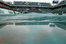 """<p>Теннисный корт залитый водой на Открытом яемпионате Франции по теннису """"Ролан Гаррос"""" в Париже 27 мая 2010 года. REUTERS/Regis Duvignau</p>"""