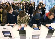 <p>Pessoas esperam na fila para comprar iPad em Berlim. Consumidores ansiosos tomavam as lojas da Apple na Ásia e na Europa com a chegada do computador tablet iPad às prateleiras fora dos Estados Unidos pela primeira vez nesta sexta-feira.28/05/2010.REUTERS/Tobias Schwarz</p>