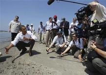 """<p>El presidente de Estados Unidos, Barack Obama, se dirige a los medios mientras comprueba el daño a lo largo de la costa de Lusiana. Mayo 28 2010. BP reportó el viernes avances en su intento de frenar la fuga de crudo de su pozo en el Golfo de México, pero el presidente de Estados Unidos, Barack Obama, advirtió que """"no hay una bala de plata"""" para solucionar el mayor derrame en la historia del país. REUTERS/Larry Downing</p>"""