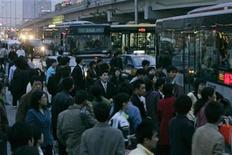 <p>Passengers board buses during rush hour at a bus stop in Beijing April 18, 2007. REUTERS/Jason Lee</p>