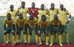 <p>Сборная ЮАР перед товарищеским матчем в Нейлспрейте 16 мая 2010 года. Сборная ЮАР - хозяев чемпионата мира по футболу - огласила имена 23 игроков, попавших в окончательный состав команды на предстоящем турнире. REUTERS/Siphiwe Sibeko</p>