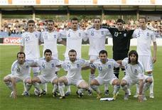 <p>Сборная Греции перед товарищеским матчем в Альтахе 25 мая 2010 года. Главный тренер сборной Греции по футболу Отто Рехагель во вторник назвал имена 23 игроков, которые отправятся на чемпионат мира в ЮАР. REUTERS/Miro Kuzmanovic</p>