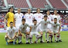 <p>Сборная Сербии перед товарищеским матчем против Новой Зеландии в Клагенфурте 29 мая 2010 года. Главный тренер сборной Сербии Радомир Антич во вторник назвал имена 23 игроков, которые поедут на чемпионат мира в ЮАР. REUTERS/Robert Zolles</p>