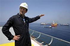 <p>Imagen de archivo del presidente ejecutivo de BP Plc, Tony Hayward, habla sobre las soluciones al derrame de petróleo, en el Golfo de México. Mayo 28 2010. El Gobierno de Estados Unidos y ejecutivos de BP advirtieron de que la fuga de petróleo que causa un desastre ambiental en la costa del Golfo de México podría continuar hasta agosto, y la petrolera prepara otro intento para detener el escape de crudo. REUTERS/Sean Gardner/ARCHIVO</p>