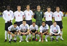<p>Сборная Англии по футболу перед игрой с командой Украины в Днепропетровске 10 октября 2009 года. Главный тренер сборной Англии Фабио Капелло объявил во вторник имена 23 футболистов, которые вошли в окончательный состав команды на предстоящем чемпионате мира в ЮАР. REUTERS/Toby Melville</p>
