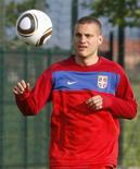 <p>O zagueiro da seleção da Sérvia, Nemanja Vidic, treina em Kovilovo, perto de Belgrado, 24 de maio de 2010. Vidic está desesperado para ter um bom desempenho naquela que pode ser a sua última Copa do Mundo após o fiasco em 2006, quando a seleção do seu país perdeu todos os três primeiros jogos da fase de grupos. REUTERS/Ivan Milutinovic</p>