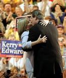 <p>Imagen de archivo del ex vicepresidente de Estados Unidos Al Gore besando a su esposa Tipper, en una Convención Democrática Nacional, Boston. Jul 26 2004. El ex vicepresidente estadounidense Al Gore y su esposa, Tipper, decidieron separarse tras 40 años de matrimonio, según un anuncio realizado el martes por la ex pareja. REUTERS/Rick Wilking/ARCHIVO</p>