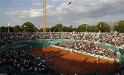 """<p>Зрители наблюдают за матчем на Открытом чемпионате Франции по теннису """"Ролан Гаррос"""" в париже 28 мая 2010 года. REUTERS/Benoit Tessier</p>"""