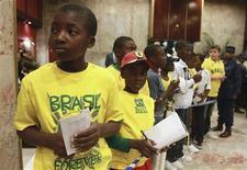 <p>Jovens fãs no Zimbábue aguardam a seleção brasileira em Harare. Milhares de torcedores causaram um tumulto na noite de terça-feira para tentar ver a seleção no seu desembarque no país, onde o time faz na quarta-feira um amistoso preparatório para a Copa do Mundo. 01/06/2010 REUTERS/Philimon Bulawayo</p>