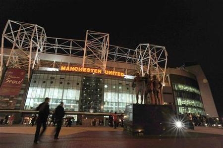 A nightime view shows Manchester United's stadium Old Trafford in Manchester February 21, 2009. REUTERS/Nigel Roddis NO ONLINE/INTERNET USAGE WITHOUT A LICENCE FROM THE FOOTBALL DATA CO LTD. FOR LICENCE ENQUIRIES PLEASE TELEPHONE ++44 (0) 207 864 9000
