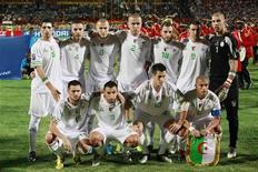 <p>Сборная Алжира по футболу перед отборочным матчем против Египта в Хартуме 18 ноября 2009 года. Сборная Алжира в среду опубликовала список из 23 игроков, которые отправятся на предстоящий чемпионат мира в ЮАР. REUTERS/Louafi Larbi</p>