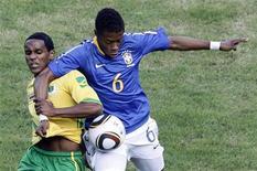 <p>O brasileiro Michel Bastos (dir) disputa jogada com zimbabuano Quincy Antipas durante amistoso em Harare. A seleção brasileira derrotou o Zimbábue por 3 x 0 no penúltimo amistoso antes da estreia na Copa do Mundo da África do Sul. 02/06/2010 REUTERS/Paulo Whitaker</p>