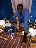 <p>Шаман из Танзании готовит зелье в Багайомо 25 сентября 2005 года. Если костям, брошенным Себензиле Нсуквини, можно доверять, то для ЮАР чемпионат мира станет очень удачным. REUTERS/Wairimu Gitahi</p>