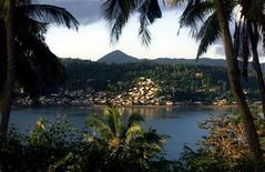 <p>Бывшая французская колония Майотта в Индийском океане 19 мая 2001 года. Франция запретит заключение новых полигамных браков и шариатское право на острове Майотта в Индийском океане, который станет в будущем году непосредственной частью французского государства, говорится в проекте постановления, представленного в среду. REUTERS/Charles Platiau</p>