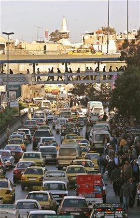 Heavy traffic is seen on a main highway in Damascus October 31, 2005. REUTERS/Khaled al-Hariri