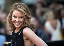 """<p>Imagen de archivo de la cantante australiana Kylie Minogue, posando para los fotógrafos en la premier de """"Sex and the City 2"""", en Londres. Mayo 27 2010. La princesa del pop Kylie Minogue utilizó su página de Twitter para desmentir rumores sobre una supuesta ruptura en su relación con el modelo español Andrés Velencoso. REUTERS/Kieran Doherty/ARCHIVO</p>"""