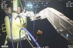 <p>Фотография с видео, где компания BP пытается накрыть поврежденную скважину в Мексиканском заливе куполом 3 июня 2010 года. Нефтяной компании BP Plc удалось накрыть поврежденную скважину в Мексиканском заливе куполом, который позволит улавливать хотя бы часть вытекающей нефти, сообщила Береговая охрана США. REUTERS/BP/Handout</p>