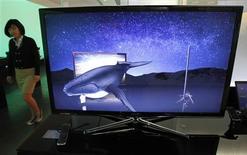 <p>Le sport et la pornographie seront les principaux moteurs d'adoption de la télévision 3D en France mais le déploiement en masse de cette technologie ne se fera que si le confort visuel s'améliore, si le prix baisse et si certains problèmes techniques sont résolus. /Photo d'archives/REUTERS/Jo Yong-Hak</p>
