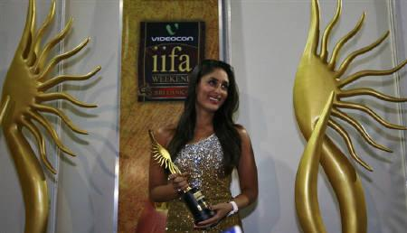 Bollywood actress Kareena Kapoor celebrates after winning the Best Actress award during the International Indian Film Academy (IIFA) awards ceremony in Colombo June 5, 2010. REUTERS/Dinuka Liyanawatte