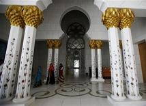 <p>Muslim women walk inside Sheikh Zayed mosque in Abu Dhabi April 7,2009. REUTERS/Ahmed Jadallah</p>