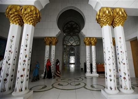 Muslim women walk inside Sheikh Zayed mosque in Abu Dhabi April 7,2009. REUTERS/Ahmed Jadallah