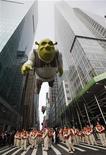"""<p>Воздушный шар в виде Шрэка участвует в параде по случаю дня благодарения в Нью-Йорке 26 ноября 2009 года. По результатам прошедших выходных """"Шрэк навсегда"""" занял первое место по кассовым сборам в Северной Америке уже в третий раз подряд, побив две только что вышедших комедии. REUTERS/Shannon Stapleton</p>"""