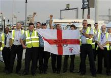 <p>Airport workers cheer as England's national football team boards a flight to the 2010 FIFA World Cup in South Africa, at Heathrow airport in London, June 2, 2010. REUTERS/Paul Hackett</p>