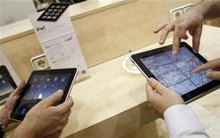 <p>Foto de archivo de un grupo de personas con unos iPad en sus manos en una tienda de Apple en Madrid, mayo 28 2010. El presidente ejecutivo de Apple, Steve Jobs, dijo el lunes que las descargas de aplicaciones para su nueva Tablet PC iPad llegaron a 35 millones. REUTERS/Susana Vera</p>