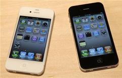 <p>Новые модели iPhone на Всемирной конференции разработчиков Apple в Сан-Франциско 7 июня 2010 года. Apple Inc представила новый iPhone в понедельник вечером и начнет его продажи в этом году, чтобы сохранить отрыв от конкурентов, таких как Google Inc, на разогретом рынке смартфонов. REUTERS/Robert Galbraith</p>
