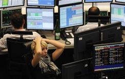 <p>Трейдер Пенни Джексон реагирует на изменение индекса DAX на Франкфуртской фондовой бирже 24 октября 2008 года. Большинство женщин, занятых в финансовом секторе, считают, что на работе их недооценивают, а зарплата оставляет желать лучшего. REUTERS/Kai Pfaffenbach</p>