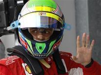 <p>Piloto Felipe Massa da Ferrari acena durante Grande Prêmio da Turquia em Istambul. Massa estendeu seu contrato com a Ferrari até o final de 2012, disse a equipe italiana da Fórmula 1 nesta quarta-feira. 29/05/2010 REUTERS/Leonhard Foeger</p>