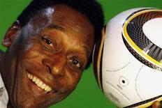 <p>Pelé durante entrevista à Reuters em São Paulo. Pelé e o presidente Lula devem comparecer ao lançamento oficial da logomarca da Copa do Mundo de 2014 em Johanesburgo três dias antes da final do Mundial da África do Sul. 23/03/2010 REUTERS/Paulo Whitaker</p>