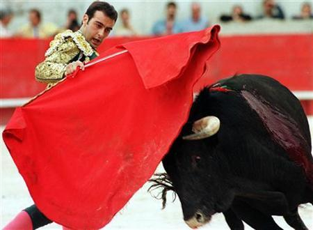 Spanish bullfighter Enrique Ponce toys with a bull during Nimes feria, May 17, 1997. REUTERS/Stringer