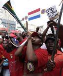 <p>Портовые рабочие и железнодорожники вышли на забастовку в Дурбане, ЮАР 12 мая 2010 года. Профсоюз госслужащих ЮАР отверг предложение властей страны о повышении зарплаты и может провести забастовку во время чемпионата мира, сообщили представители организации в четверг. REUTERS/Rogan Ward</p>