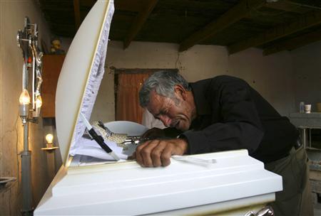 Jesus Librado Hernandez mourns for his son Sergio in Ciudad Juarez June 9, 2010. REUTERS/Alejandro Bringas