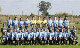 <p>Команда Уругвая в тренировочном лагере в пригороде Монтевидео 2 июня 2010 года. Во втором матче группы A на чемпионате мира по футболу в ЮАР встретятся сборные команды Уругвая и Франции. REUTERS/Sandro Pereira</p>
