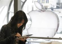 <p>Девушка тестирует новый iPad в Лондоне 28 мая 2010 года. Федеральное бюро расследований США начало расследование в отношении раскрытия персональных данных десятков тысяч пользователей iPad в США, где монопольным оператором беспроводной связи для планшетов является компания AT&T Inc. REUTERS/Luke MacGregor</p>