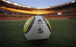 """<p>Копия официального мяча чемпионата мира по футболу в ЮАР Jabulani на поле стадиона """"Соккер Сити"""" в Йоханнесбурге 8 июня 2010 года. Ниже представлено расписание игр чемпионата мира по футболу 2010 года, который пройдет в Южно-Африканской Республике с 11 июня по 11 июля. В скобках указано московское время. REUTERS/Kai Pfaffenbach</p>"""