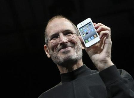 Apple CEO Steve Jobs poses with the new iPhone 4 during the Apple Worldwide Developers Conference in San Francisco, California June 7, 2010. REUTERS/Robert Galbraith